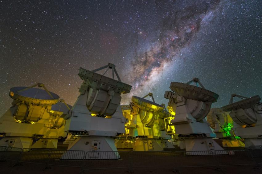 Radio telescopes can detect the presence of organic molecules in the center of the Milky Way Galaxy